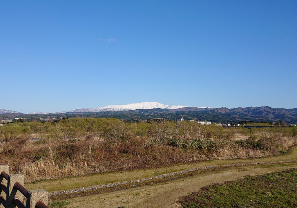 櫛引町あたりからみた月山